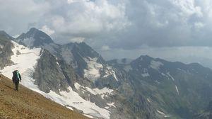 Превью обои панорама, горы, человек, восхождение, альпинист, одиночество