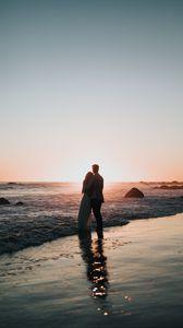 Превью обои пара, берег, закат, объятия, любовь