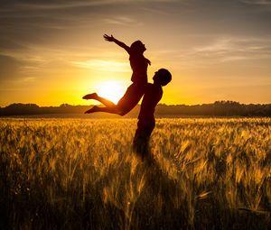 Превью обои пара, любовь, закат, поле, трава, силуэты