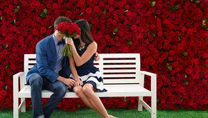 Превью обои пара, поцелуй, любовь, розы, цветы