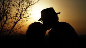Превью обои пара, поцелуй, любовь, темный, закат