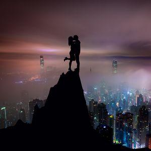 Превью обои пара, силуэты, поцелуй, холм, город, небоскребы