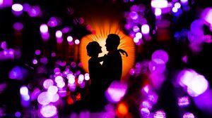 Превью обои пара, влюбленные, объятия, обниматься, романтика, любовь, блестящий, гламур