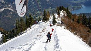 Превью обои парашют, приземление, экстрим, снег, горы, дорога