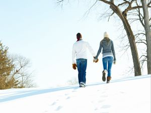 Превью обои парень, девушка, отношения, теплота, любовь, зима, снег, варежки