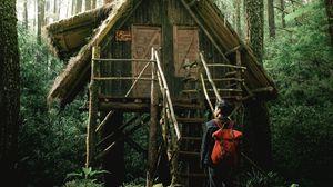 Превью обои парень, домик, лес, уединение, гармония, природа
