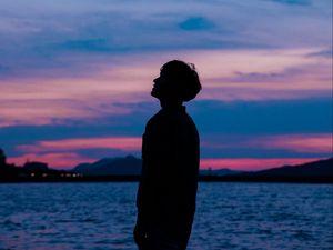Превью обои парень, силуэт, закат, небо, море
