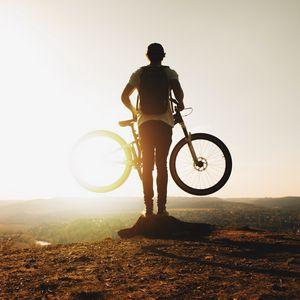 Превью обои парень, велосипед, солнце, горы, активный отдых