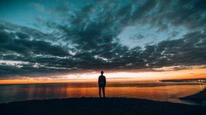 Превью обои парень, закат, горизонт, море