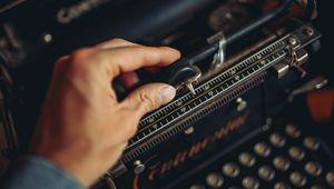 Превью обои печатная машинка, рука, винтаж