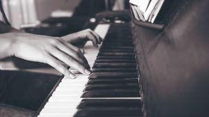 Превью обои пианино, руки, клавиши, чб