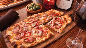 Превью обои пицца, еда, бокал, доска, стол