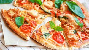 Превью обои пицца, мясо, помидоры, базилик