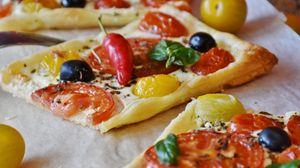 Превью обои пицца, овощи, олвки, маслины, перец, сыр