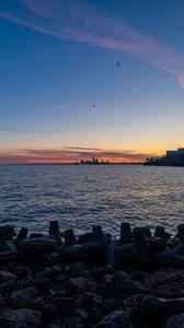 Превью обои побережье, море, вода, здания, горизонт, сумерки