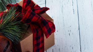 Превью обои подарок, коробка, хвоя, шишки, украшения, рождество, новый год