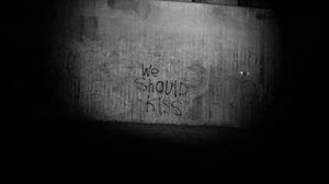 Превью обои поцелуй, надпись, чб, стена, текст