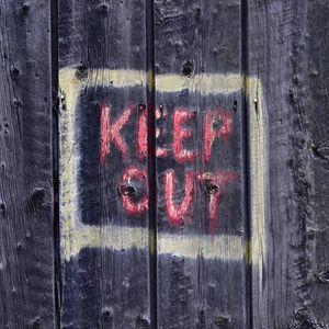 Превью обои предупреждение, слова, надпись, забор, дерево, доски