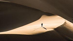 Превью обои пустыня, песок, силуэт, дюны, одинокий, странник
