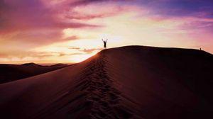 Превью обои пустыня, песок, человек, небо, вечер