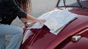 Превью обои путешествие, карта, путеводитель, капот, автомобиль, руки