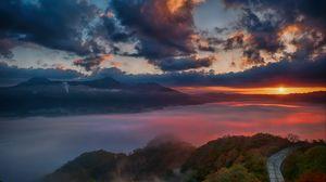 Превью обои рассвет, горы, горизонт, облака, солнечные лучи, дорога