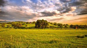 Превью обои равнина, зелень, солнце, горы, деревья, трава