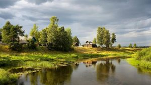 Превью обои река, деревня, небо, пасмурно, лето, зеленый, кувшинки, деревья, ручей, берега, мелко