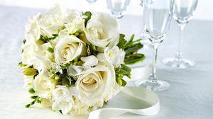 Превью обои розы, фрезия, цветы, букет, белоснежный, бокалы, лента