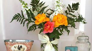 Превью обои розы, гипсофил, папоротник, листья, жасмин, букет, композиция, ваза, бант, свеча