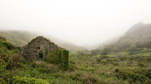 Превью обои руины, горы, трава, туман
