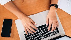 Превью обои рука, ноутбук, работа