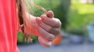 Превью обои рука, волосы, пальцы, девушка
