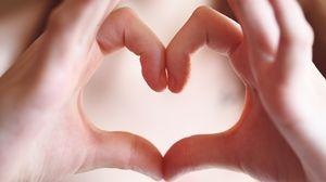 Превью обои руки, пальцы, жест, сердечко, любовь