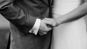 Превью обои руки, пара, чб, любовь, молодожены