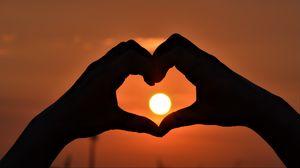 Превью обои руки, сердце, солнце, закат, любовь