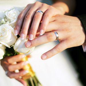 Превью обои руки, свадьба, кольца, букет, розы