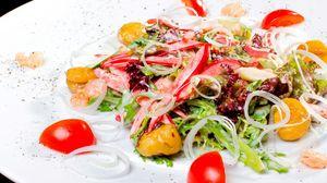 Превью обои салат, овощи, лук, помидоры, нарезка