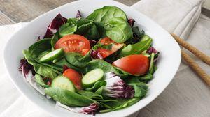 Превью обои салат, овощи, листья, шпинат, огурцы