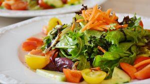 Превью обои салат, помидоры, морковь, листья