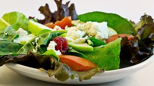 Превью обои салат, сыр, ягоды, овощи