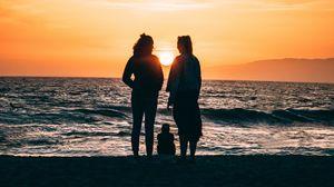 Превью обои семья, силуэты, море, берег, закат