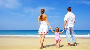 Превью обои семья, ребенок, песок, берег, море, счастье