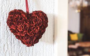 Превью обои сердечко, розы, лепестки, красный, белый