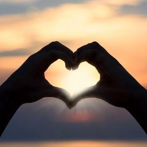 Превью обои сердце, руки, солнечный свет, романтика