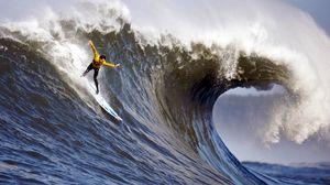 Превью обои серфинг, парень, волна, брызги, гребень, экстрим, руки, равновесие