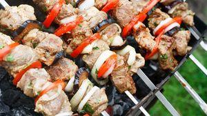Превью обои шашлык, мясо, овощи, шампура