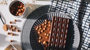 Превью обои шоколад, десерт, орехи, тарелка