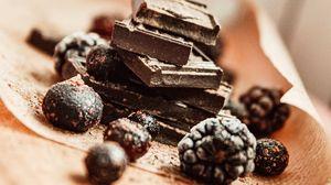 Превью обои шоколад, ежевика, черника, ягоды, десерт