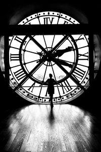 Превью обои силуэт, часы, свет, черно-белый, черный